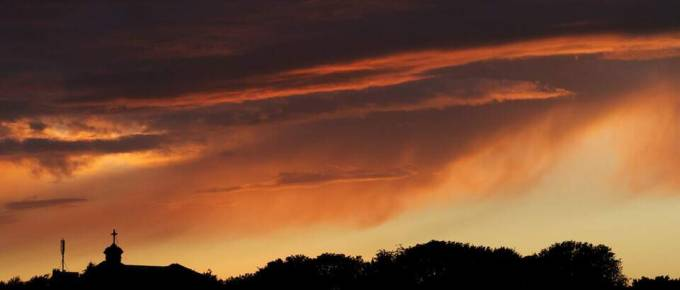 Une pose longue de nuit de quelques secondes dans le ciel de Nivelles