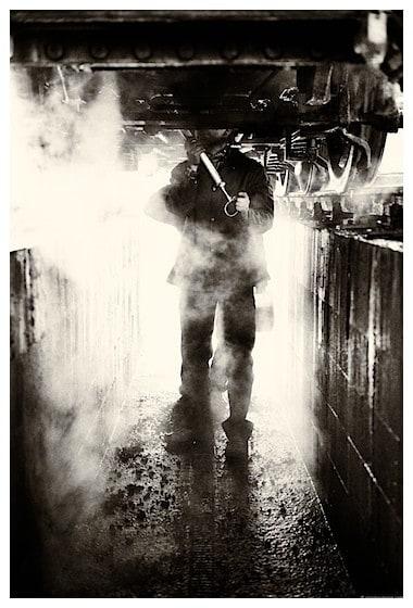Contre-Jour - Ouvriers sous un train - @Eric Heymans