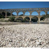 Provence - Pont du Gard - Element avant-plan - Etendue de cailloux sur la berge - Eric Heymans 6