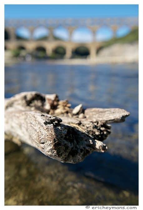 Provence - Pont du Gard - Element avant-plan - tronc dans l'eau - Eric Heymans - Photo originale