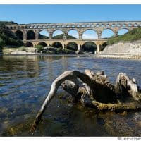 Provence - Pont du Gard - Element avant-plan - Tronc dans l'eau - Eric Heymans 6