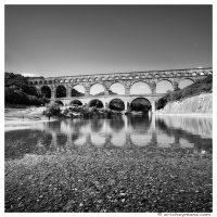 Provence - Pont du Gard - Element avant-plan - gallets sous eau - 768*768 - Eric Heymans